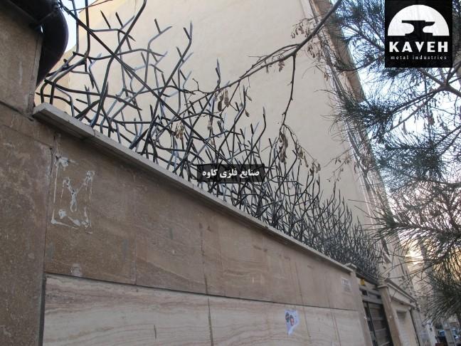 حفاظ آهنی روی دیوار